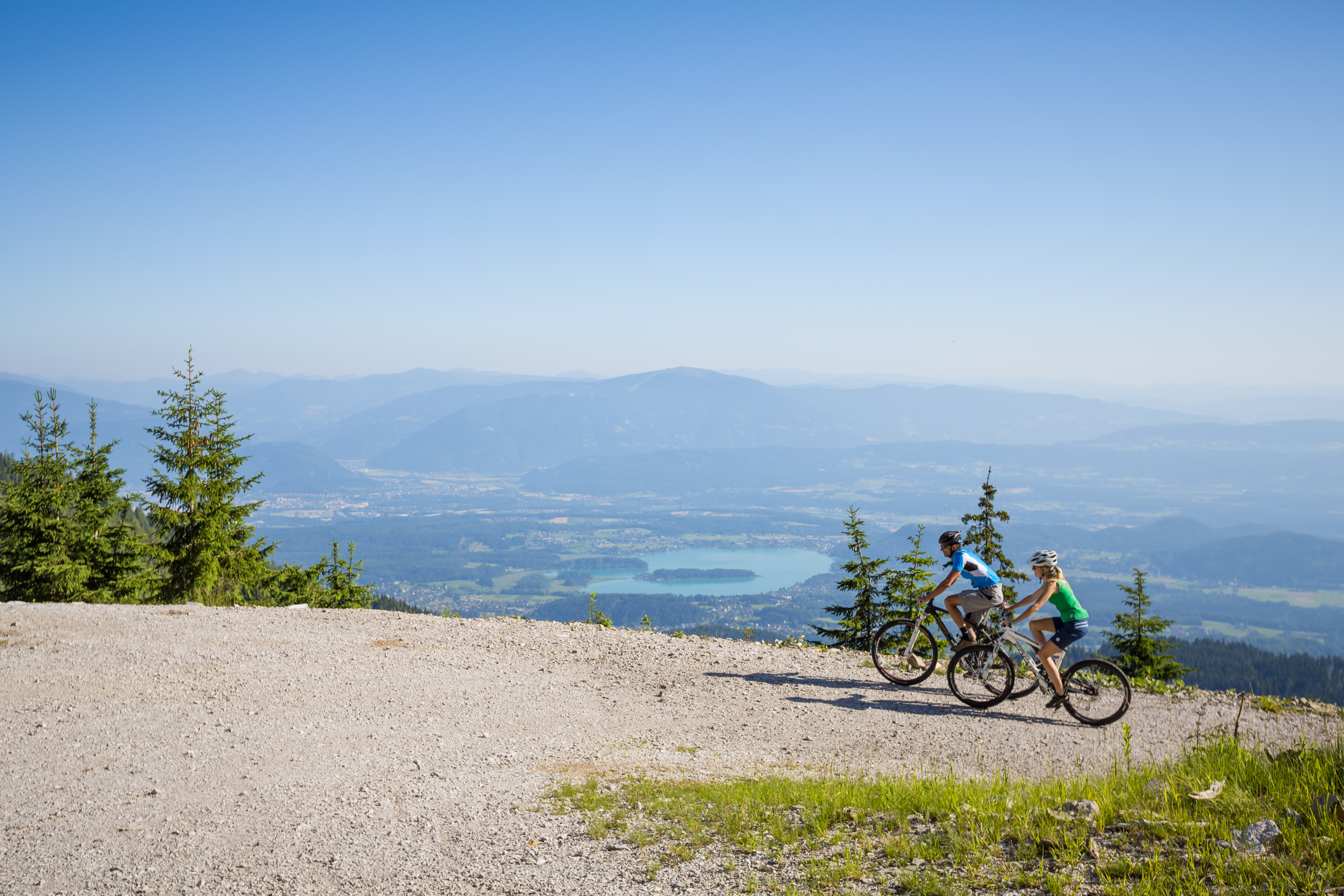 Wycieczka rowerowa przez Karawaniki, w oddali widoczne turkusowe Faaker See