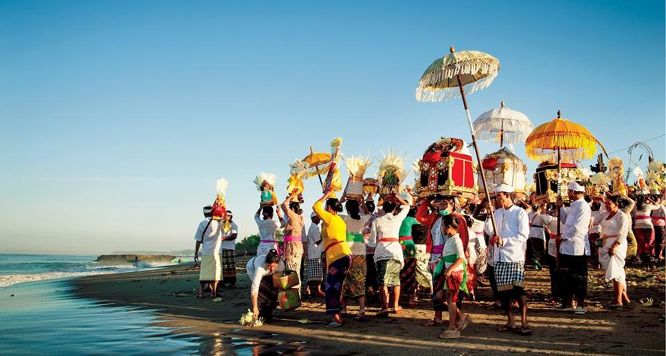 Tłum zbiera się na Melasti – wielką ceremonię oczyszczającą